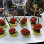 espetinhos de tomate queijo e mangericão